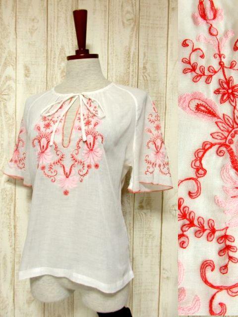 画像1: ピンク レッドカラーのお花刺繍が可愛いすぎる 首元結びでCUTEさ抜群 ヨーロッパ古着 ガーリーなヴィンテージ刺繍スモックブラウス【5165】 (1)